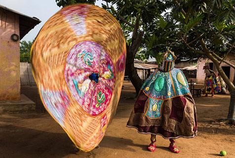 """西非贝宁""""活鬼灵""""街上跳舞 被认作祖先灵魂的化身"""
