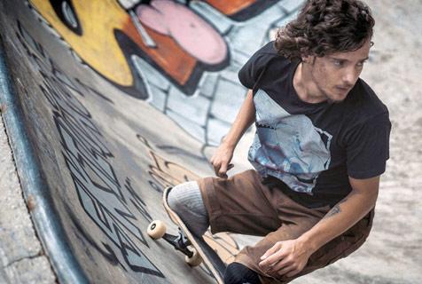 巴西残疾小哥变身滑板大神 高难度炫技玩得超溜