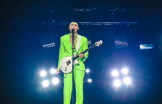 李荣浩上海站首唱慢慢喜欢你 演唱会秒变放映厅