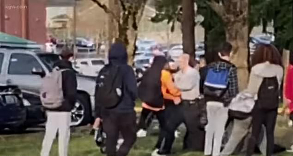 ?#20048;?#23398;球场暴乱引来33名警察 9名学生遭逮捕