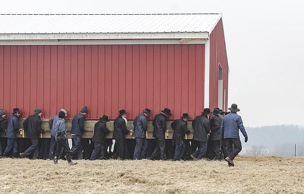 团结就是力量!美250人齐心协力移动大谷仓