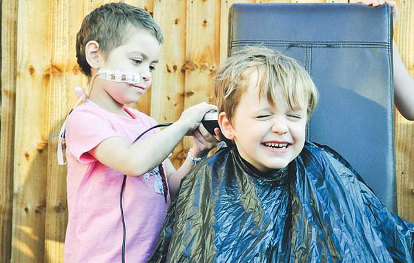 英6岁男童为助好友赴?#20048;?#30284;让其剪掉他的头发筹款