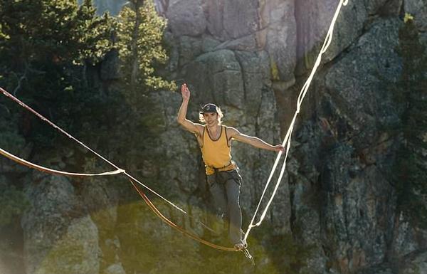 刺激!美走绳爱好者深谷上空完成高难度翻转