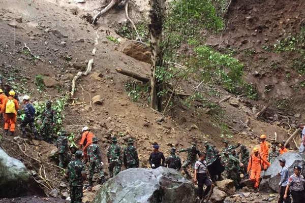 印尼龙目岛发生地震引发山体滑坡