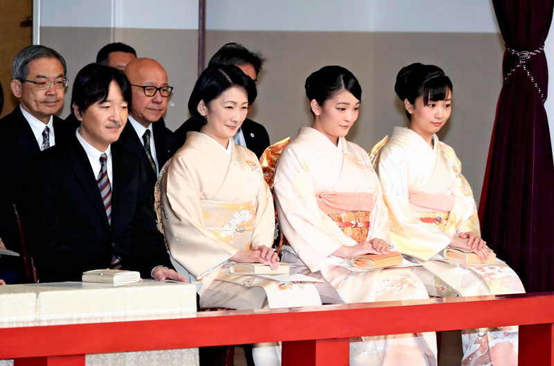 日本明仁天皇夫妇观看纪念登基30周年宫廷乐表演