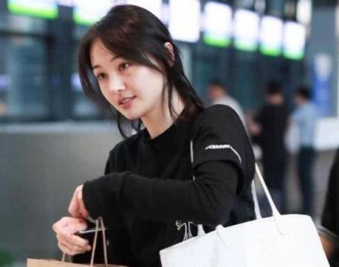 郑爽近照曝光,纯素颜,网友:美人在骨而不在皮!