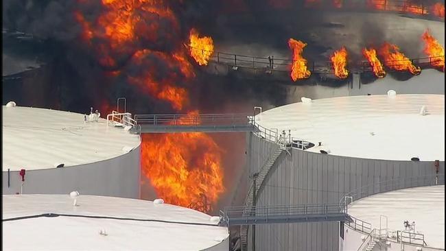 美休斯敦附近发生大火:现场黑烟滚滚或彻夜燃烧