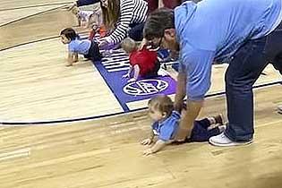 美篮球赛中场休息举行宝宝爬行比赛 萌翻众人