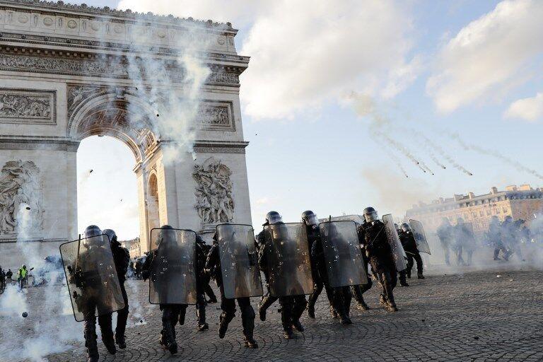"""法国政府出新招应对""""黄马甲"""":部分街区禁止游行、巴黎警察总局长被撤职"""