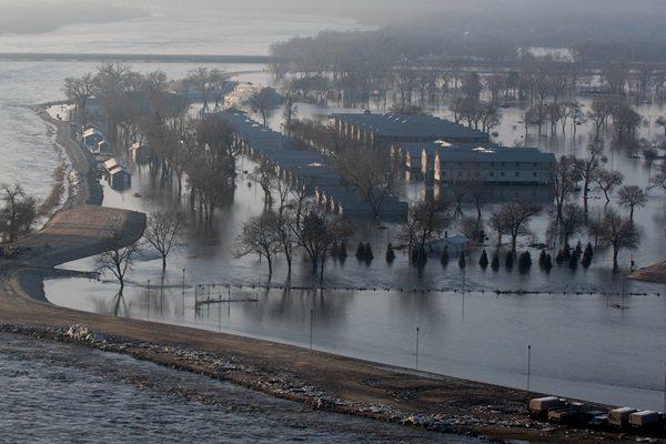 """""""气旋炸弹""""袭击美国中西部引发洪水 大片房屋遭水淹"""