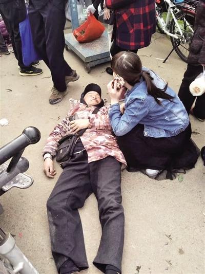 卖菜师傅脑出血晕倒街头 女护士冲上前跪地救人