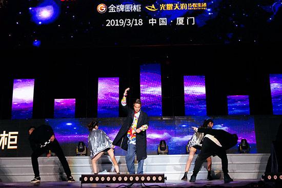 陈小春喜提《全金榜》亚洲全能艺人 3月武汉开唱
