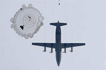 空降兵大飞机大规模集群伞降 检验训练成果