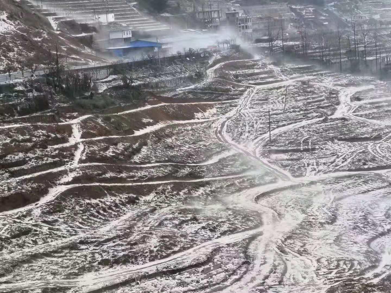 云南金平县遭受冰雹袭击 道路堆积厚度达30厘米