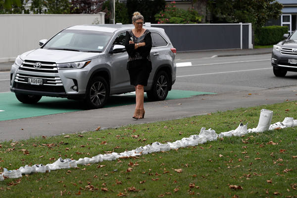 新西兰教堂前摆放50双白鞋 悼念枪击案遇难者