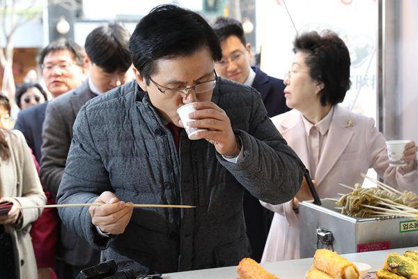 韩最大在野党党首黄教安走访关注民生 街头撸串大快朵颐