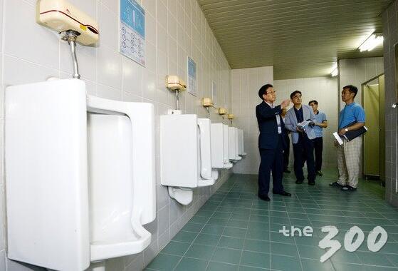 """韩执政党议员提交""""公厕法""""修正案,以满足女性使用需求"""