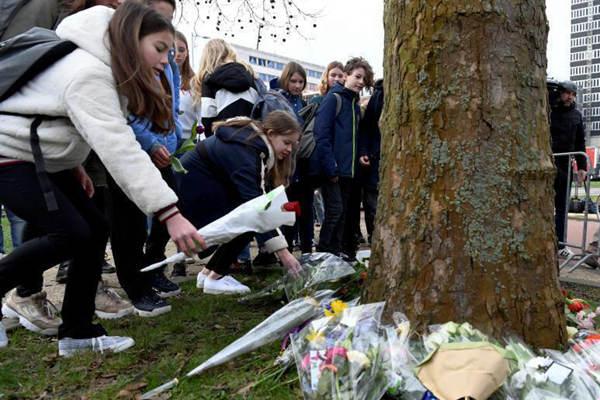 荷兰枪击事件致多人死伤 民众献花悼念遇难者