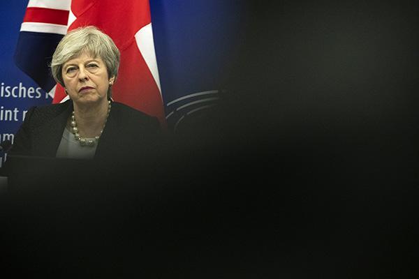 """特雷莎·梅遭""""逼宫"""":用卸任时间表换取保守党支持脱欧协议"""