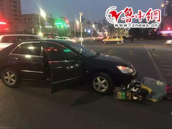 山东淄博一路口私家车与电动车发生碰撞!电动车主......