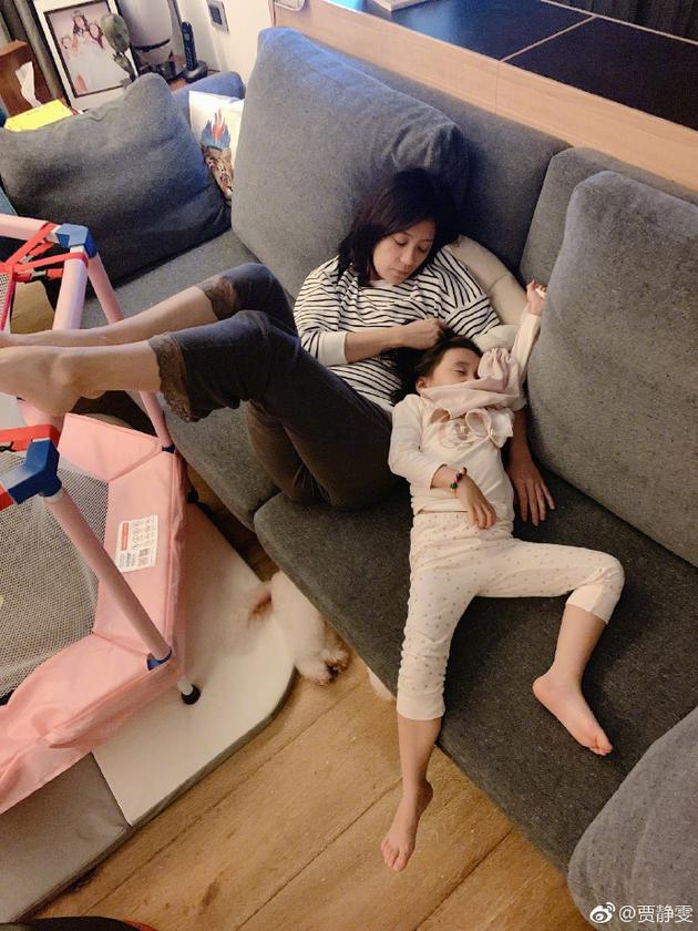 贾静雯与咘咘在沙发小憩 母女俩睡姿奇特画面温馨
