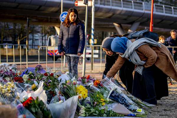 荷兰枪击案致3死9伤 民众悼念遇难者