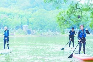 厦大开设桨板课 学生在不断落水中掌握技能