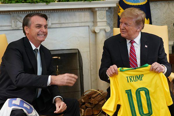 特朗普会见巴西总统博尔索纳罗 获赠巴西国家足球队球衣