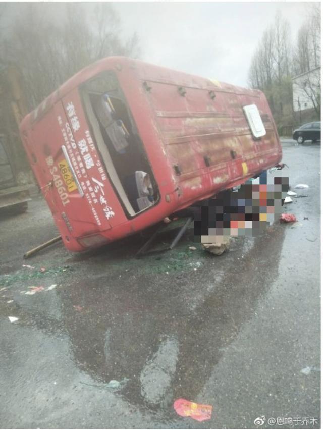 河南一公交车与货车相撞 4死15伤