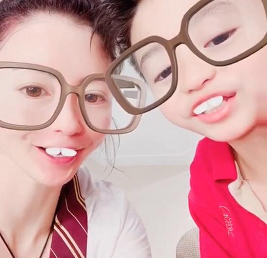 张柏芝带儿子录视频为母亲庆生很有爱