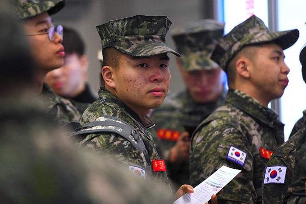 韩国举行退役军人招聘会 约2万求职者排长龙应聘