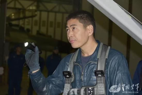 歼11新飞行员成功完成夜间单飞 这一细节是关键