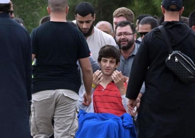 哥哥射�_13岁的扎西德参加父亲和哥哥的葬礼(图源:法新社)