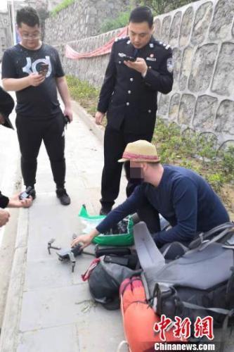 一外籍游客在三峡坝区放飞无人机受处罚