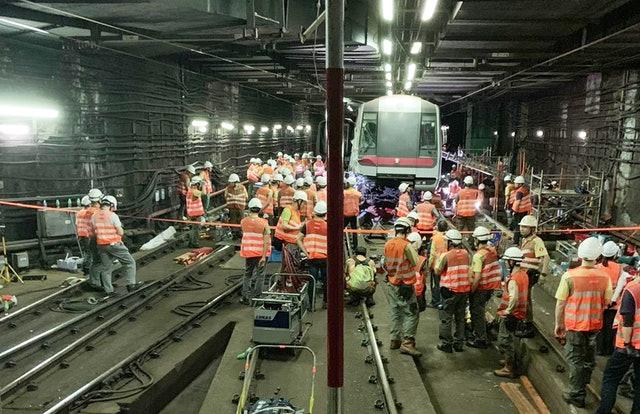 香港中环事故列车被拖走 港铁荃湾线恢复通行