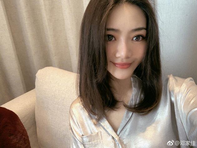 邓家佳晒近照被疑整容 尖下巴+大眼睛惨变网红脸