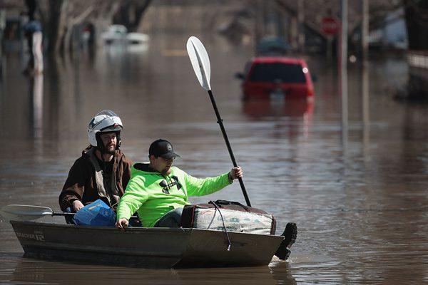 """""""炸弹气旋""""侵袭美国中西部带来洪灾 民众被迫划船出行"""