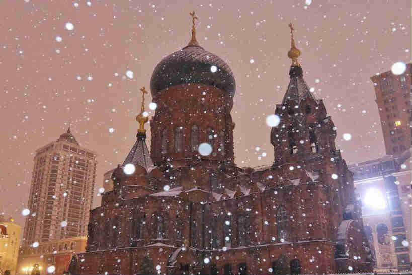 哈尔滨降春雪 索菲亚教堂尽显静谧之美