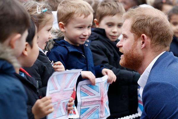 英国哈里王子参观小学并种树 和学生亲密互动超有爱