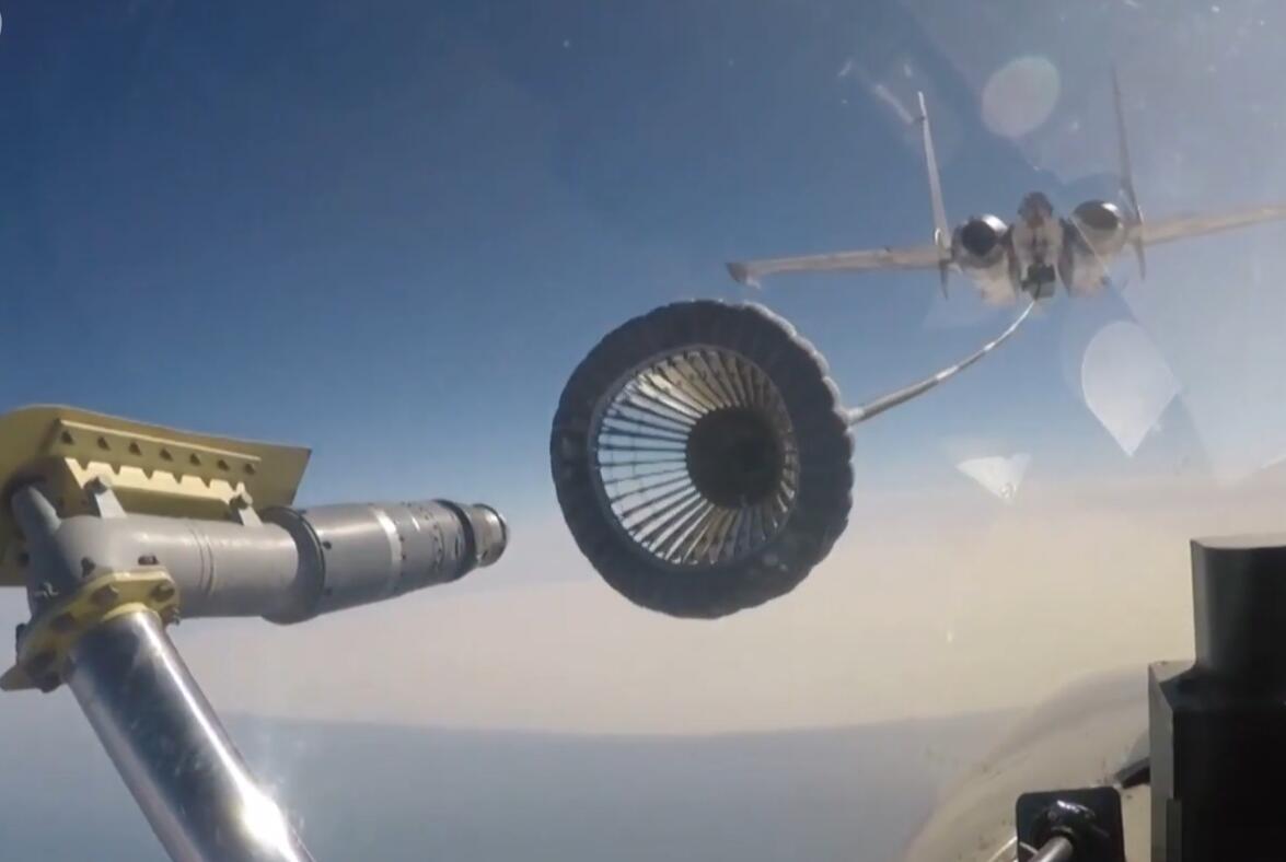 歼15伙伴加油首次曝光!续航力和载弹量显著提升
