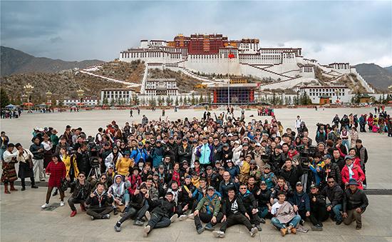 《中国机长》西藏杀青 9月30日全面揭秘