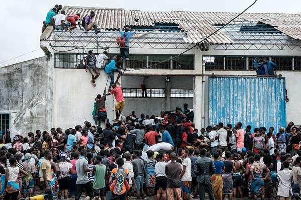受热带气旋影响莫桑比克进入紧急状态 灾民争抢救援物