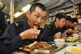 日远洋训练舰队射完导弹返航 舰员大吃咖喱饭