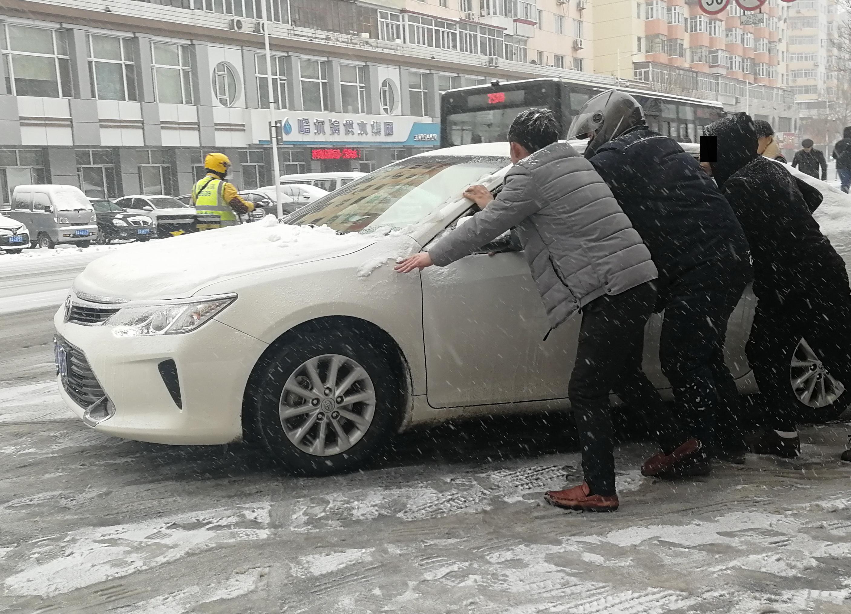 """哈尔滨下雪衍生出新""""商机"""" 市民雪坡推车收费"""