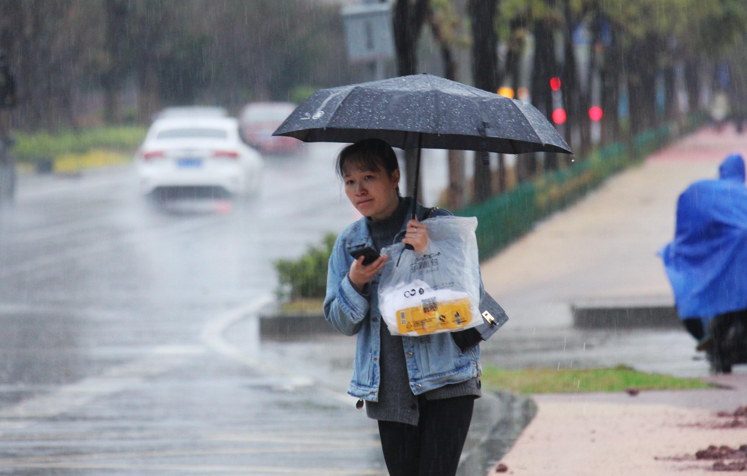 南昌遭遇狂风暴雨 街头广告牌被掀翻