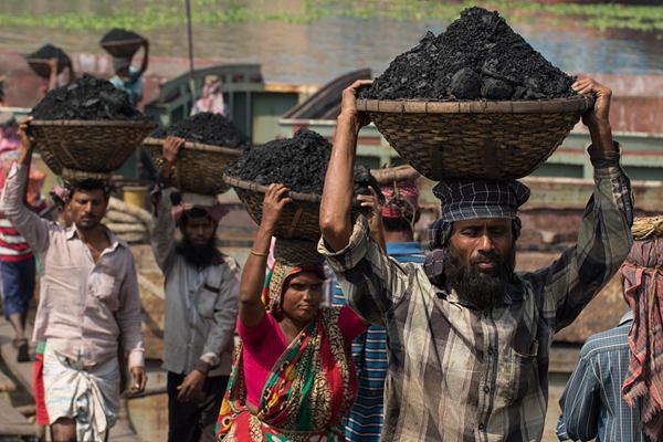 探访孟加拉国运煤工 头顶重煤条件艰辛报酬低