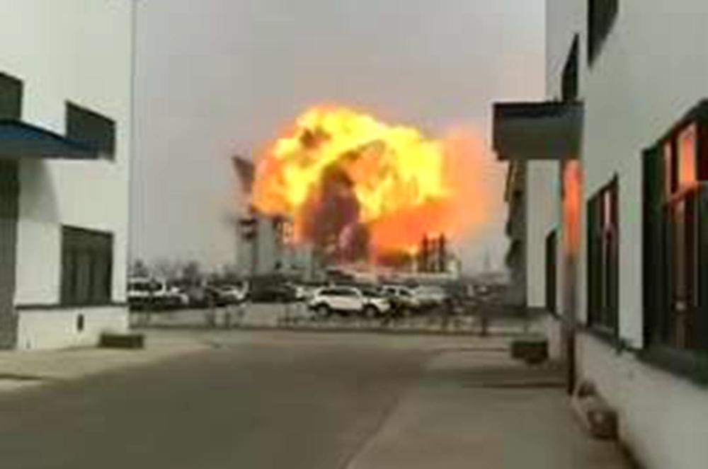 江苏盐城响水一化工厂爆炸 民宅窗户玻璃被震碎