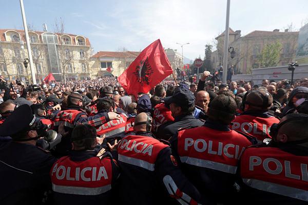 阿尔巴尼亚举行反政府示威 与警察激烈冲突