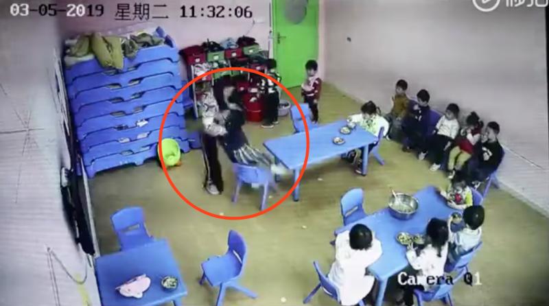 上海一早教中心疑现虐童 早教中心:两老师被开除