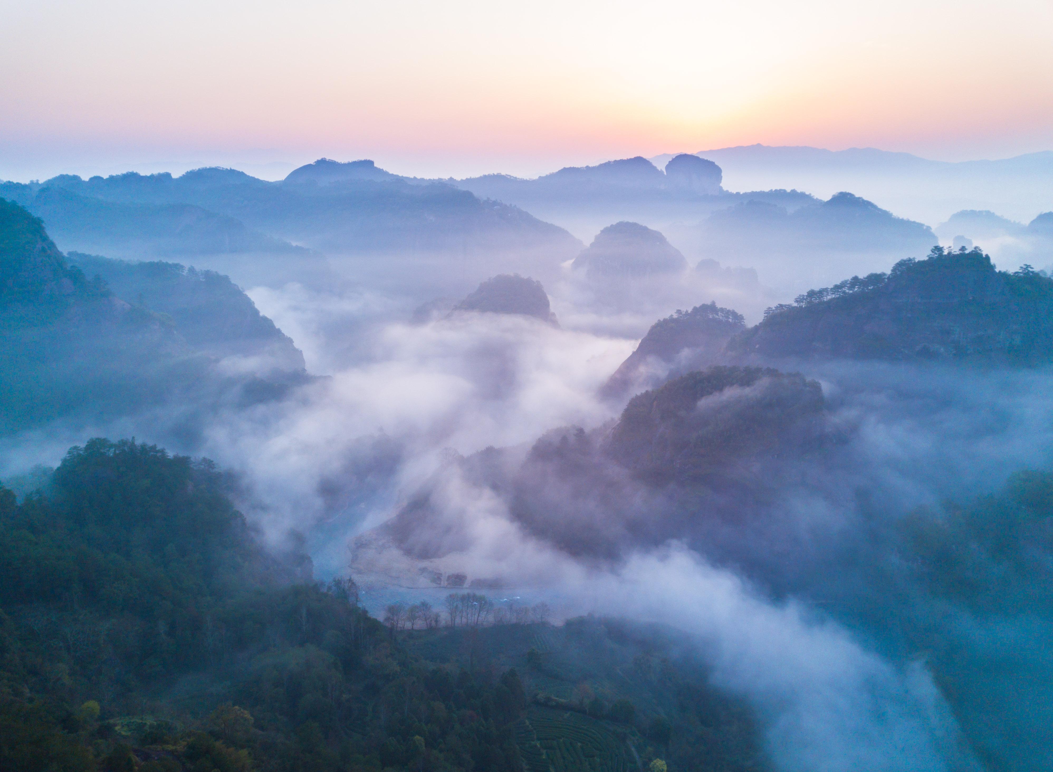 ↑这是福建省武夷山风景名胜区齐云峰附近的云海景观(3月13日无人